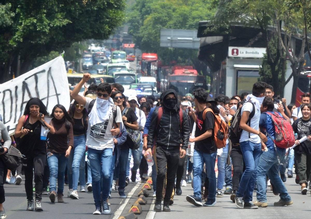 Lunes 3 de septiembre. Estudiantes del CCH Azcapotzalco y otras escuelas se manifestaron en contra del homicidio de una compañera, la cual fue hallada muerta en la autopista México-Cuautla, en el municipio de Cocotitlán, Estado de México. Salieron del Parque de la Bombilla a la Rectoría de la UNAM, donde después se registró un conato de bronca entre estudiantes, que dejó varios heridos. Foto: Cuartoscuro