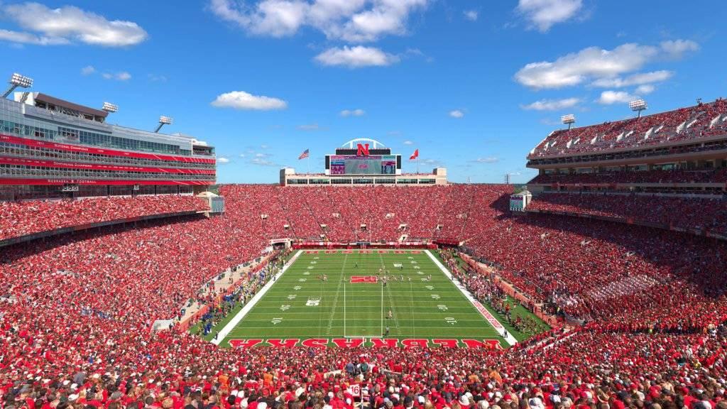 Ubicación: Lincoln, Nebraska, EU Capacidad: 86,000 Equipo: Nebraska Cornhusker Football Cortesía