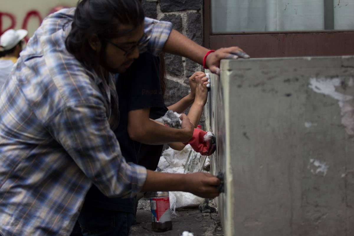 Jueves 6 de septiembre. Estudiantes se organizaron para remover las pintas realizadas a la Biblioteca Central Foto: Cuartoscuro