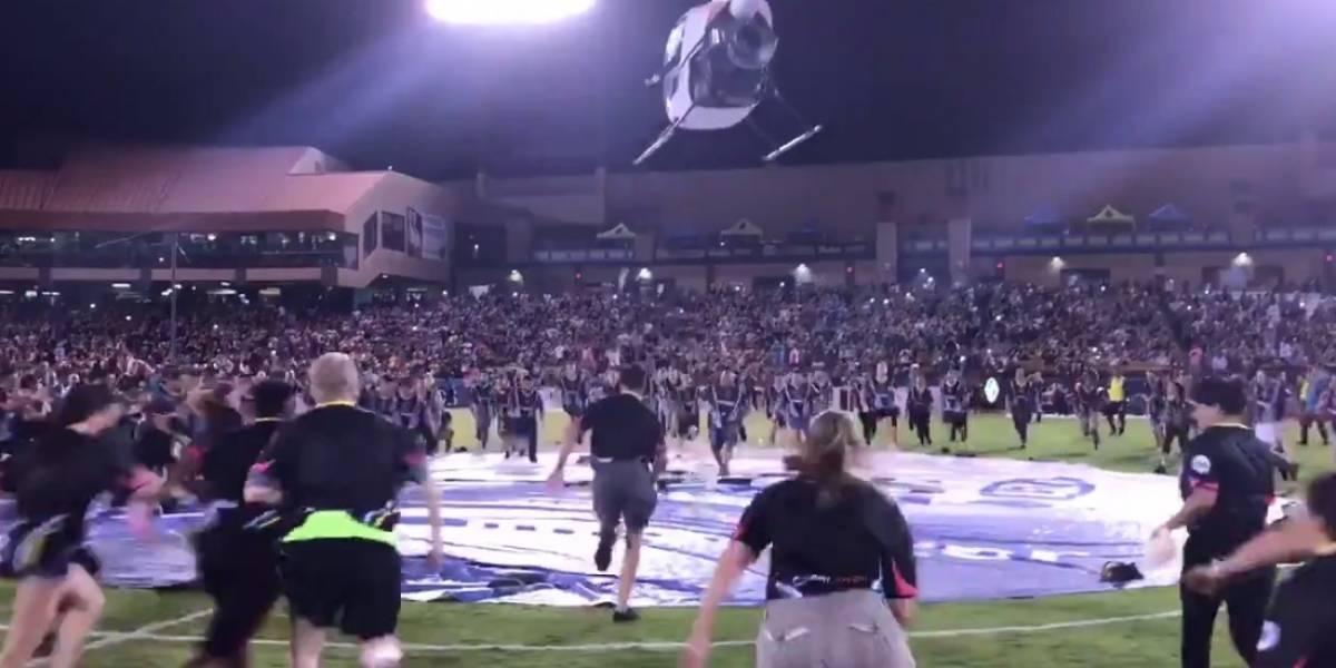 VIDEO: Equipo de futbol lanza billetes a afición desde un helicóptero