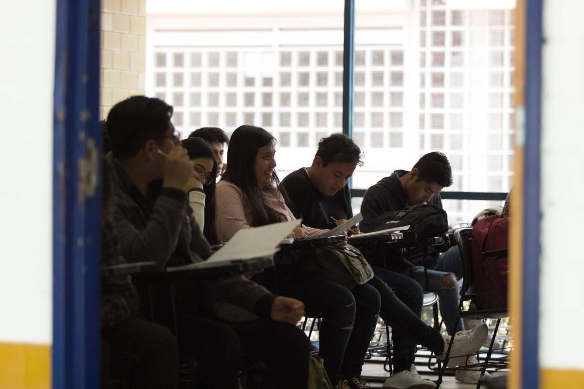 Los adultos con educación secundaria superior ganan 40% más que los que no la concluyeron. Foto: Cuartoscuro.