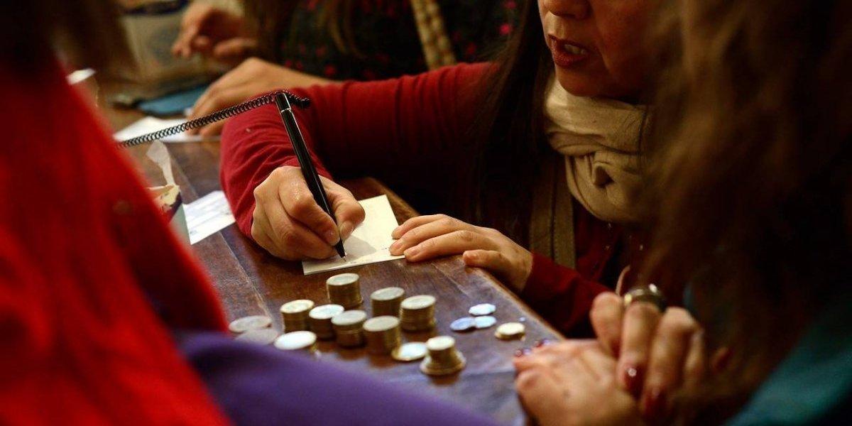 Mejores para ahorrar y aplicados para endeudarse: encuesta muestra que en tres años los chilenos mejoraron en las finanzas