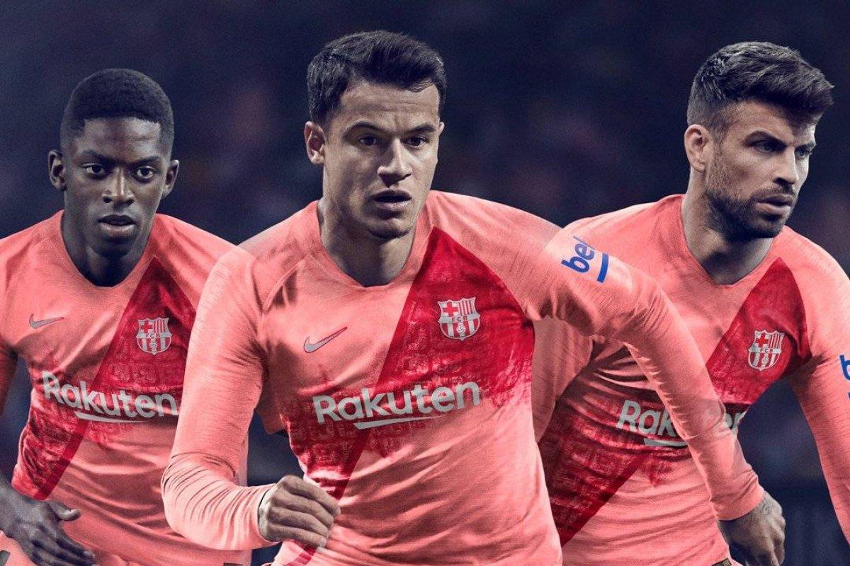 Rojo con rosado e inspirada en la ciudad  La sorprendente nueva camiseta  del Barcelona de Vidal  561a682f886