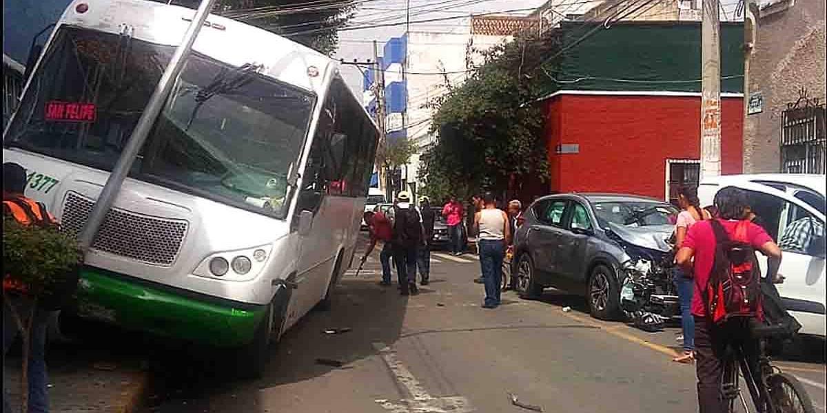 Once heridos en colisión de camioneta contra transporte público