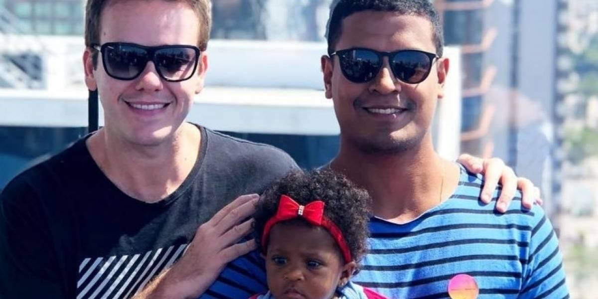 Ator Pablo Sanábio adota menina com o marido