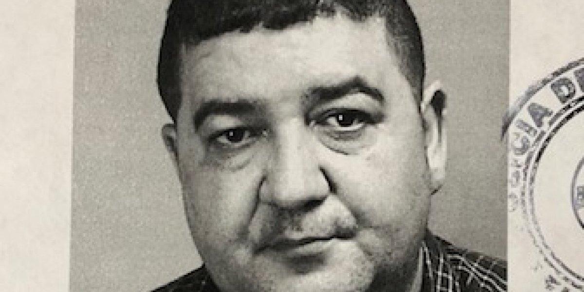 Con grillete agente acusado por agresión sexual y armas