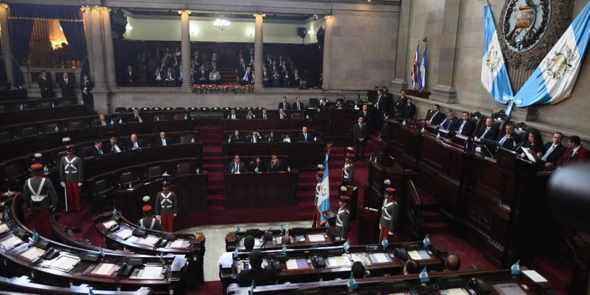 """Marcada ausencia de diputados e invitados a sesión solemne """"blindada por PNC y soldados"""""""