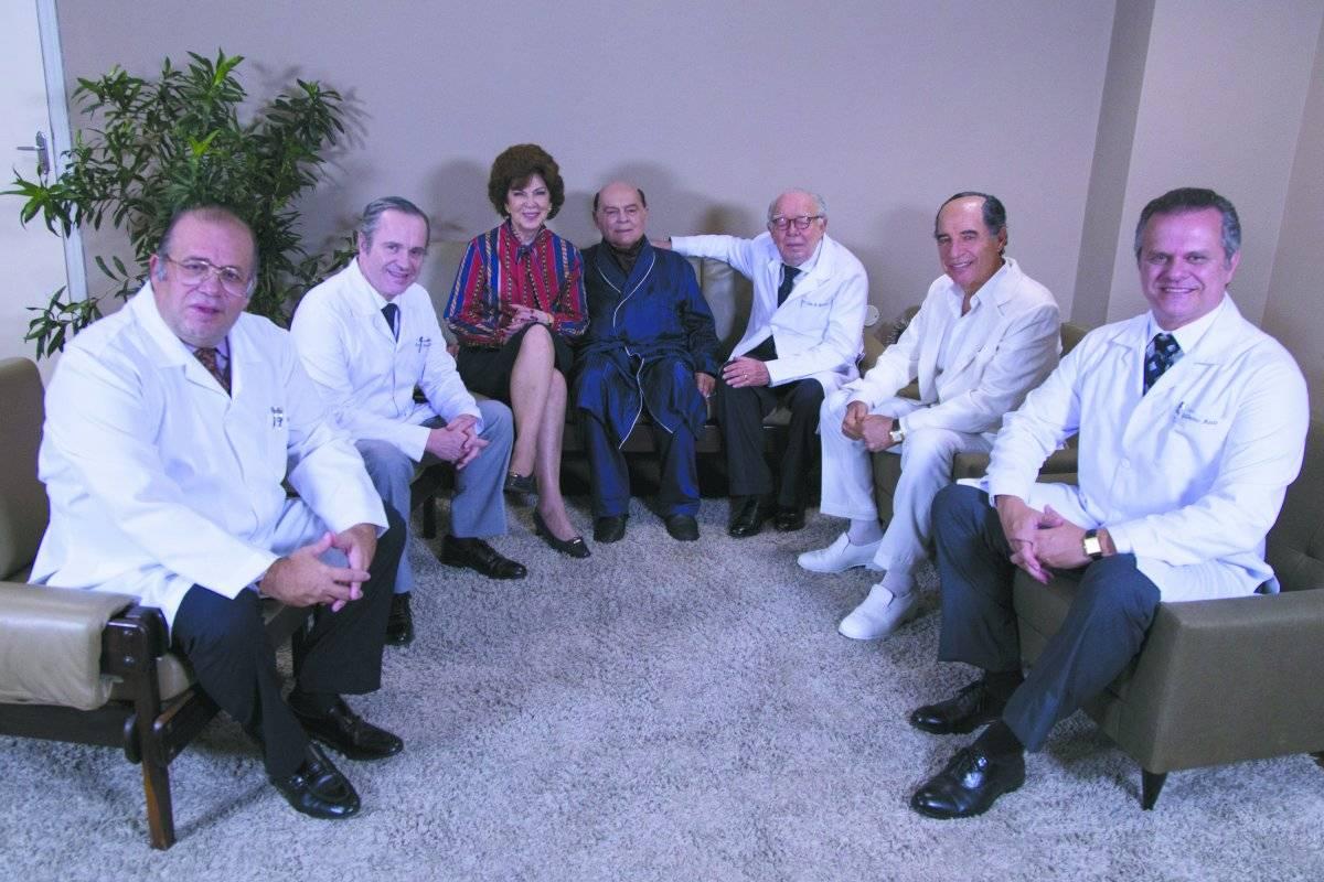 A farsa. Em 1985, Tancredo ao lado da mulher, Risoleta, posou com médicos do Hospital de Base sorrindo, para esconder a doença. No alto, o filme e, ao lado, o presidente | Desirée do Valle/Divulgação