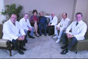 a farsa Em 1985, Tancredo ao lado da mulher, Risoleta, posou com médicos do Hospital de Base sorrindo, para esconder a doença. No alto, o filme e, ao lado, o presidente