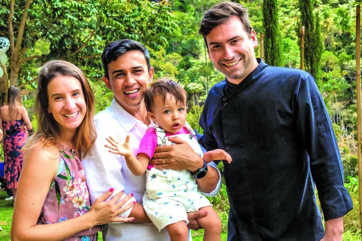 Os pais Jakeline Zandonadi e Rômulo Antonio, e o aniversariante Pedro Zandonadi Antonio, com o chef Hugo Grassi, em Domingos Martins | Arquivo pessoal