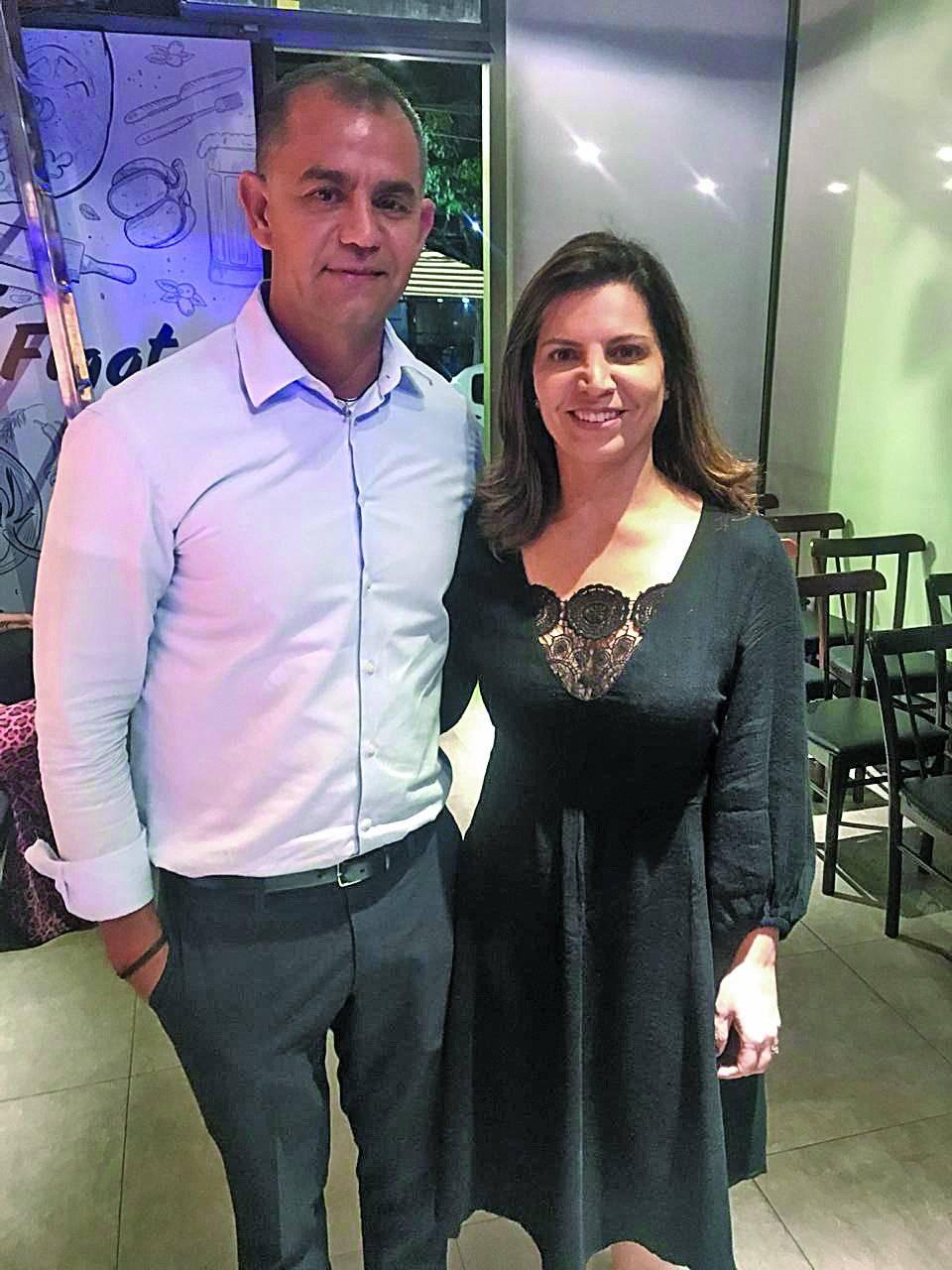 No lançamento 2018 do Restaurant Week, no Figata, na Praia do Canto, a representante capixaba Érica Semião com Fernando Reis, proprietário do evento | Divulgação