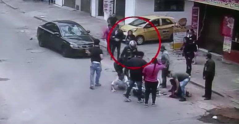 Mujer atropelló a un hombre y a su hijo y luego se fue caminando como si nada