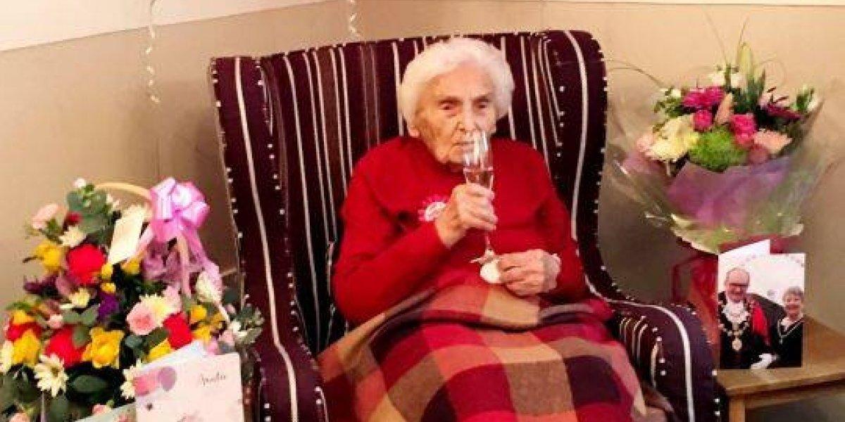 Britânica completa 105 anos e revela seu segredo: 'permanecer solteira e evitar homens'