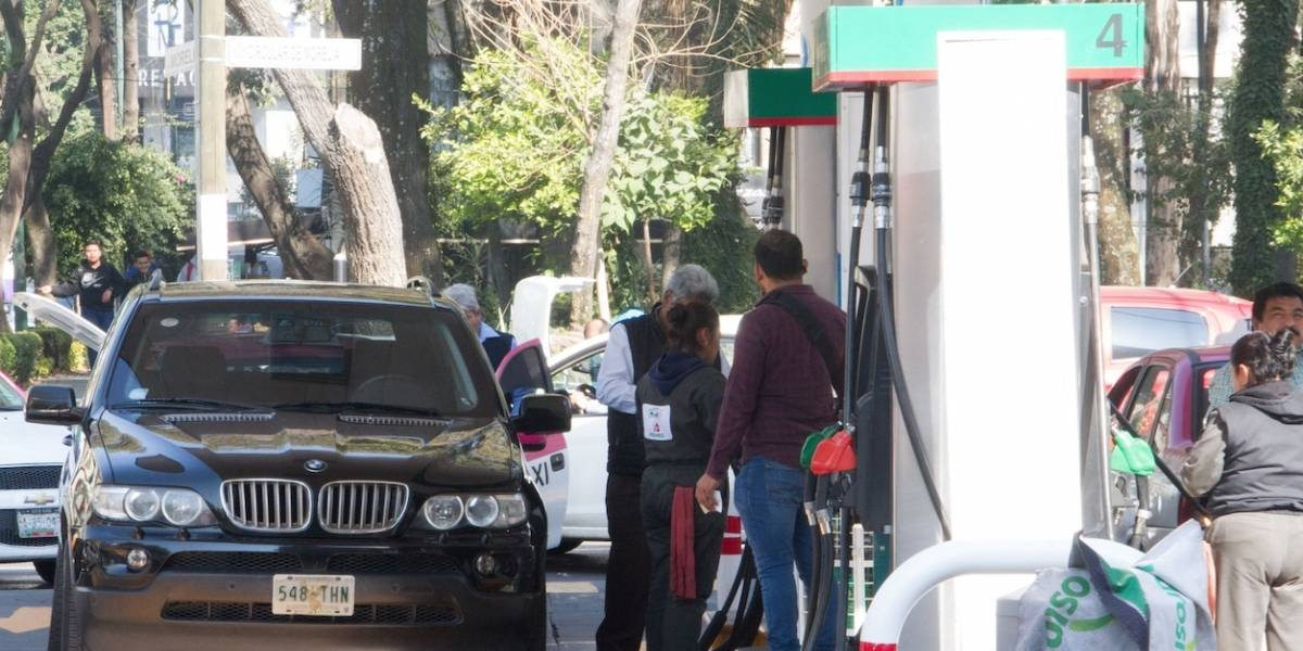 Mexicanos dan 'Grito de Independencia' con alzas de hasta 48% en gasolina