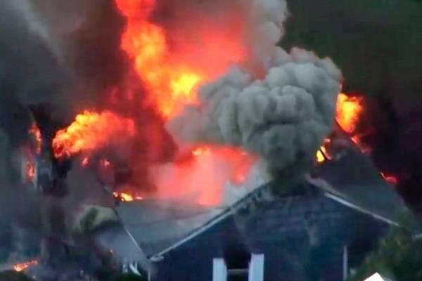En eta imagen tomada de un video proporcionado por WCVB en Boston, las llamas consumen una casa en Lawrence, Massachusetts, el jueves 13 de septiembre de 2018