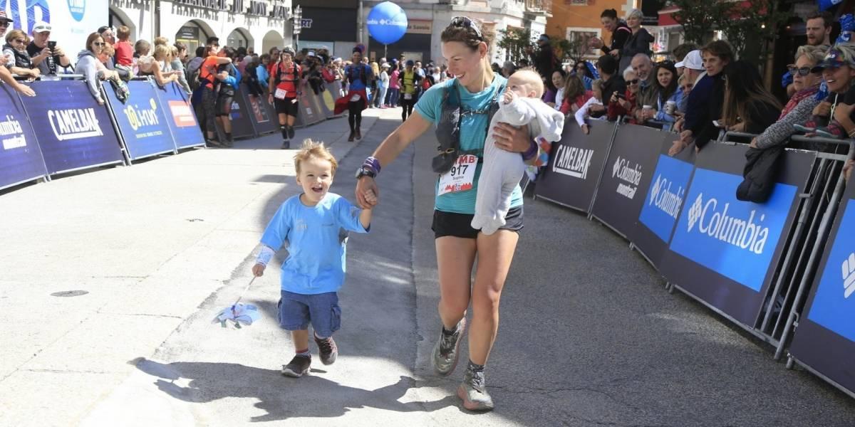 Ultramaratonista amamanta a su bebé en plena carrera