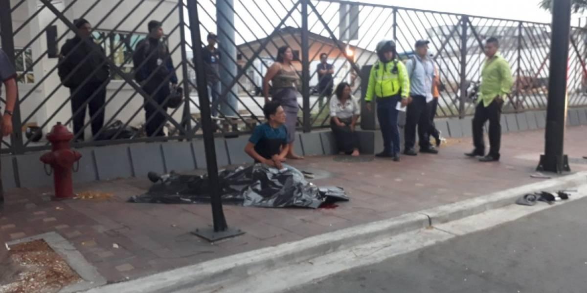Guayaquil: Persona fallece tras ser atropellada cuando cambiaba la llanta de su auto