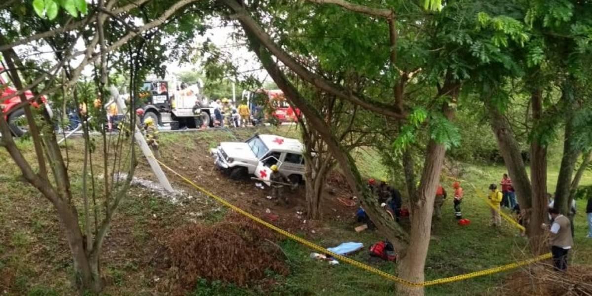 Vehículo de la Cruz Roja perdió el control y chocó con un poste