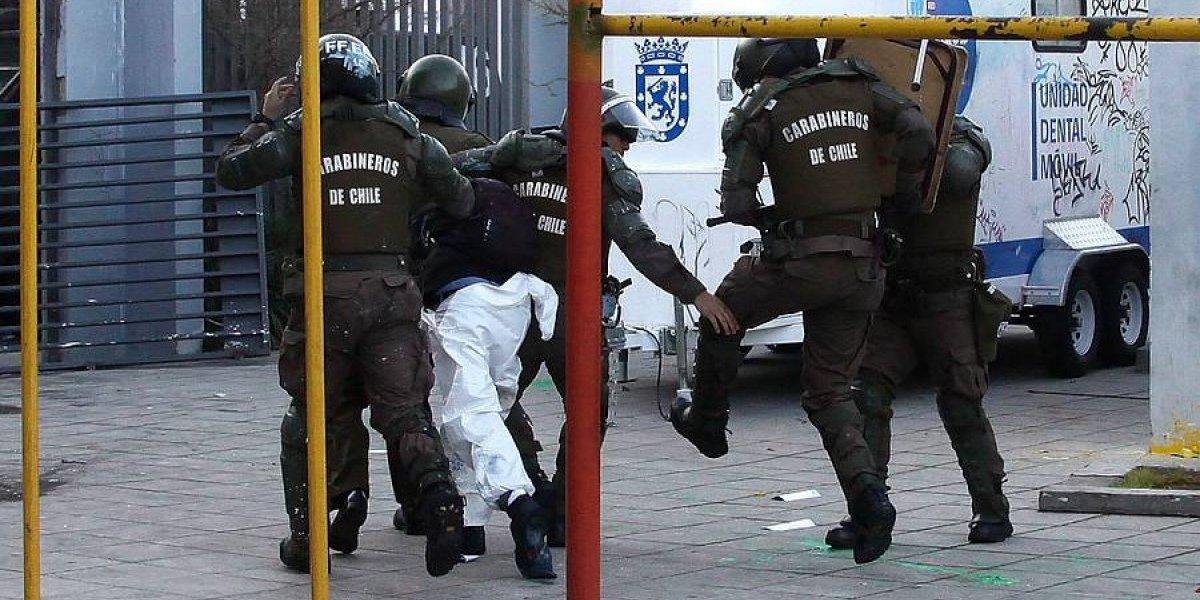 El dispar futuro de los jóvenes a quienes formalizarán por lanzar bomba molotov a Carabineros: uno podría arriesgar perpetua