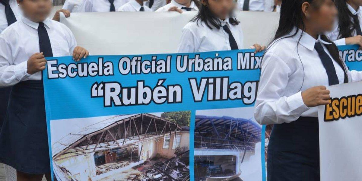 Portando manta en marcha cívica, estudiantes denuncian colapso de techo de escuela