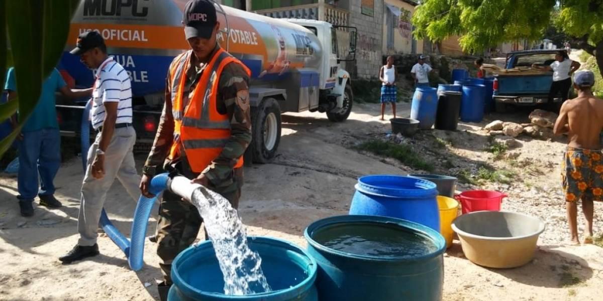 Obras Públicas distribuye agua gratis en Barahona
