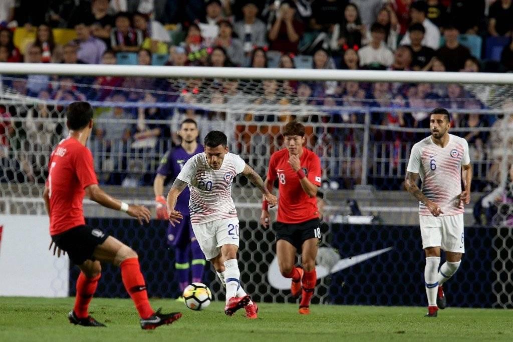 Charles Aránguiz volvió a sentir problemas en la rodilla en el duelo entre la Roja y Corea del Sur en Suwon / Foto: Carlos Parra-ANFP