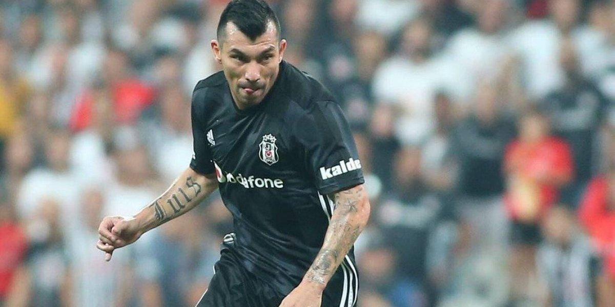 Gary Medel fue expulsado en la victoria del Besiktas y se perderá el clásico frente al Fenerbahçe