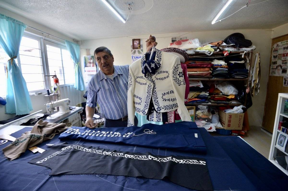 Rómulo Arriaga, diseñador artesanal de trajes de mariachis, junto con su familia lleva más de 30 años elaborando trajes de charro, Foto: Cuartoscuro