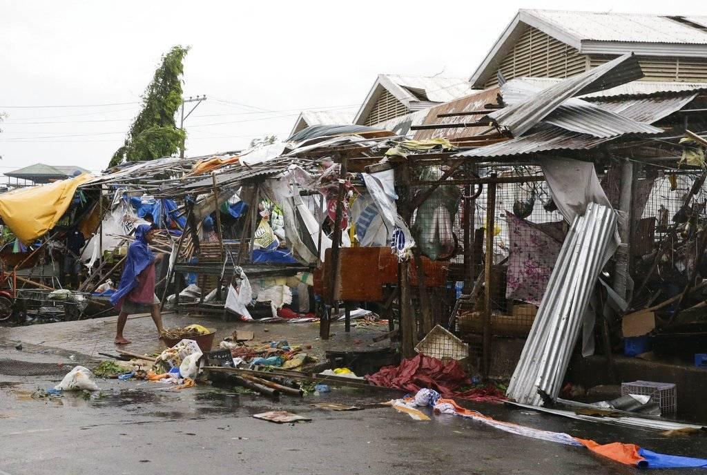 Los vientos huracanados hicieron añicos el techo y las ventanas de vidrio Foto: AP