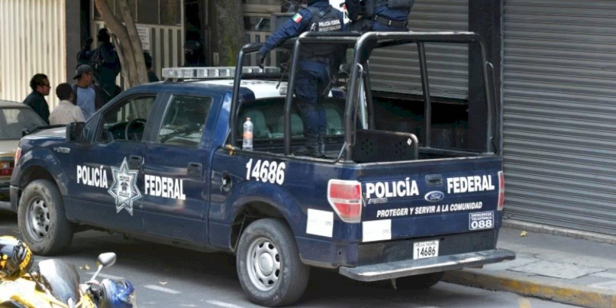 Policías federales y comerciantes se enfrentan en la Ribera de San Cosme