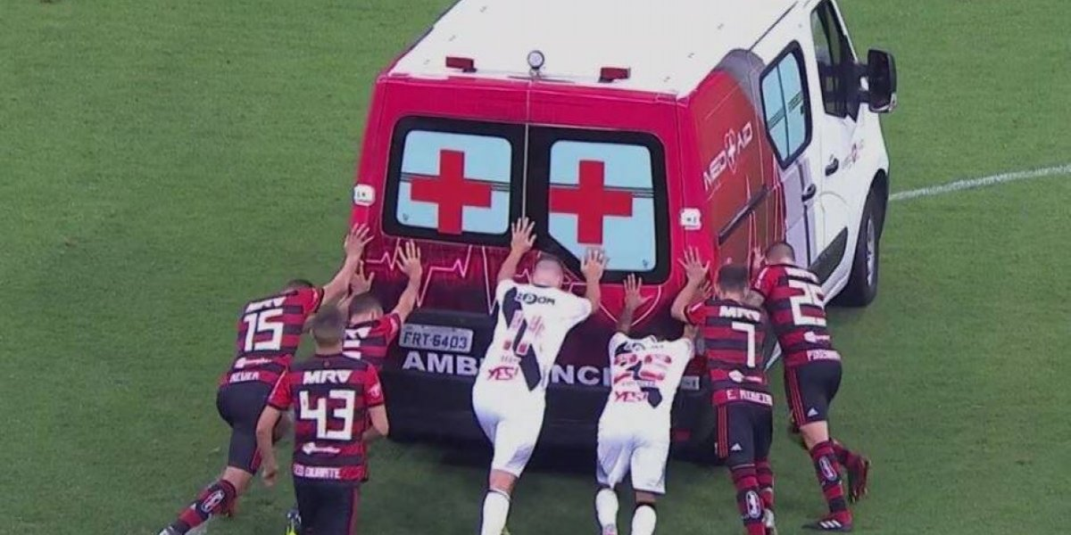 ¿Seguro que no fue en Chile? Jugadores tuvieron que empujar ambulancia en pleno partido del Brasileirao