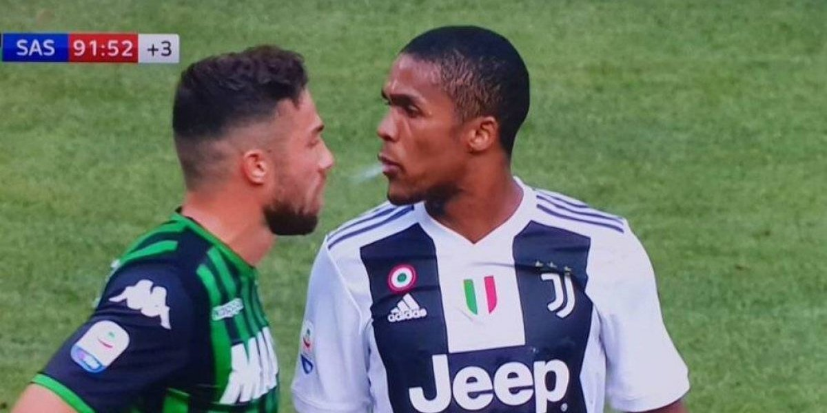 VIDEO: Douglas Costa escupe y golpea a Di Francesco
