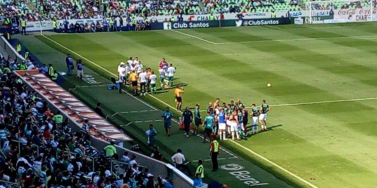Jugadores de Santos cambian de playera en pleno partido