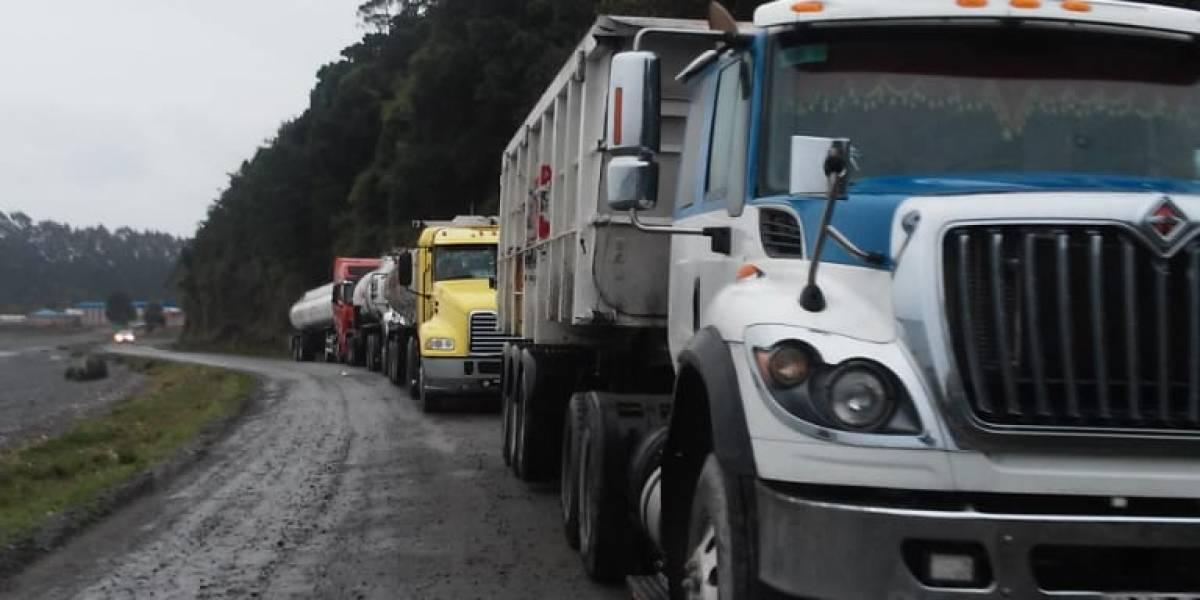 """Greenpeace acusa """"operación encubierta"""" en Calbuco por iniciar la descarga de 100 toneladas de salmones podridos en medio de Fiestas Patrias"""