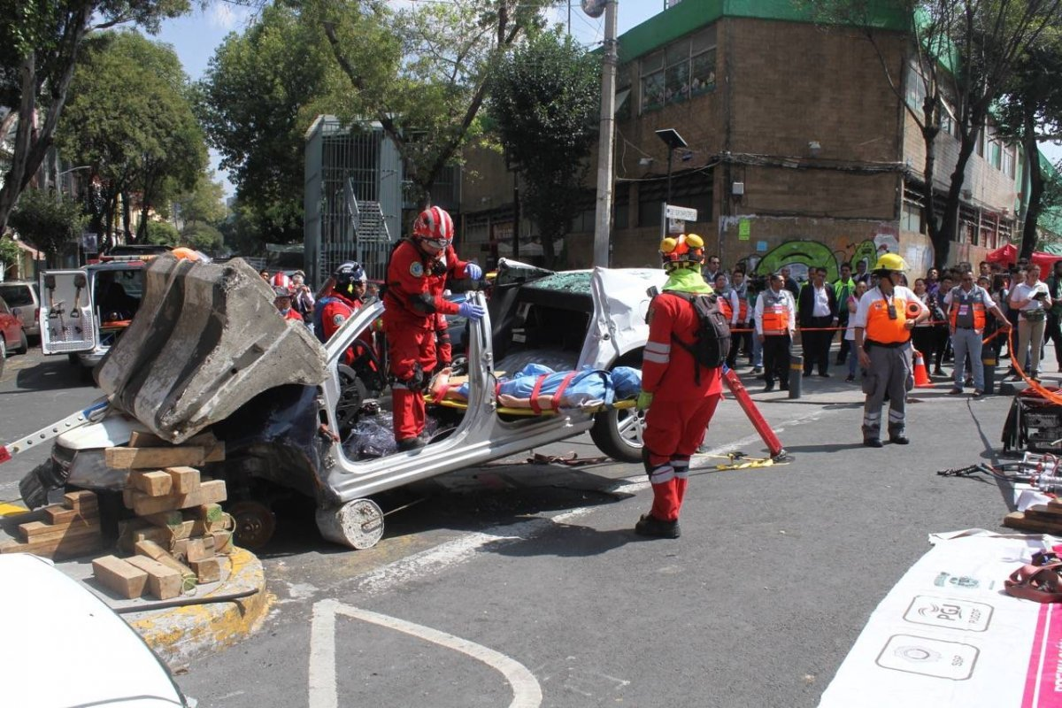 Bomberos simulan el rescate de una víctima, tras la caída de un puente Nicolás Corte/Publimetro