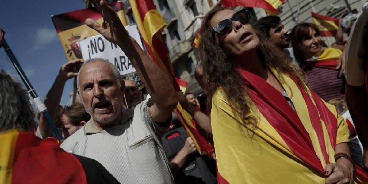 FOTOS. Separatistas y opositores marchan al mismo tiempo en Barcelona
