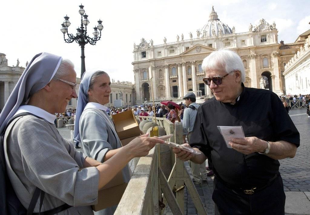 Papa distribuye crucifijos en el Vaticano