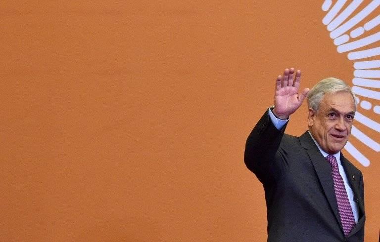 Sebastián Piñera saludando