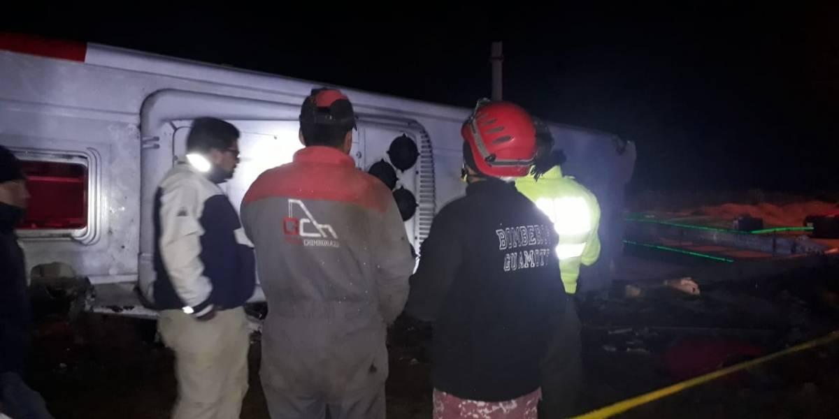 Cinco fallecidos y 27 heridos por volcamiento de un bus en Colta, Chimborazo