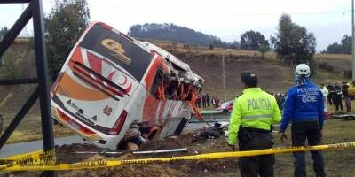 Cinco fallecidos y 23 heridos por volcamiento de un bus en Colta, Chimborazo