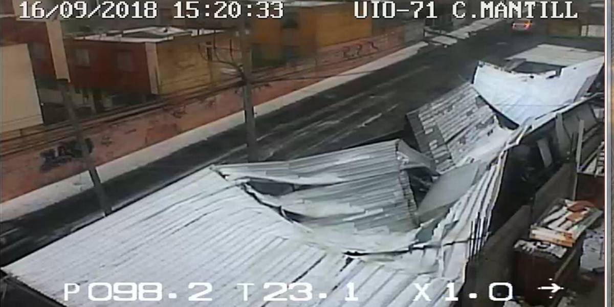 Techo caído y despizamiento de tierra por lluvia en Quito