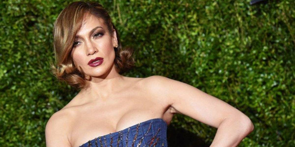 """Jennifer López presume su trasero en diminuto atuendo y lo critican por """"caído y plano"""""""