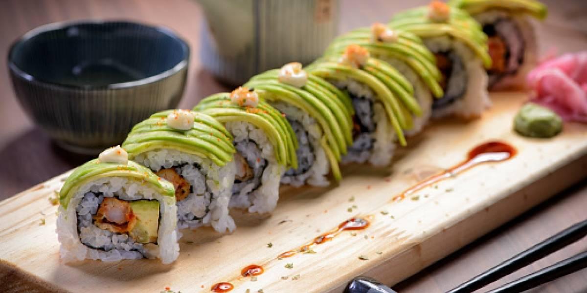 Se le prohíbe comer en un buffet de sushi por