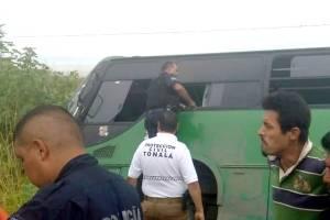 Vuelca autobús de la ruta 380 cuando transitaba por el Periférico en Tonalá