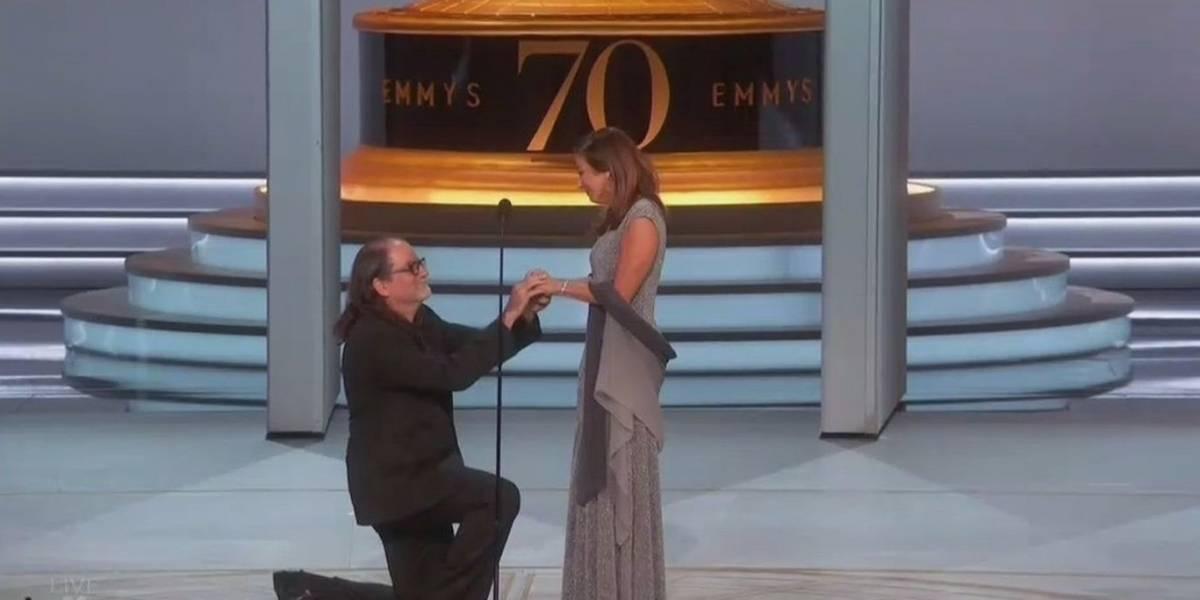 Pide matrimonio en plena premiación de los Emmy
