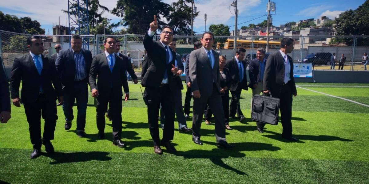 Durante inauguración de complejo deportivo en Mixco, Morales recuerda marcha por la vida