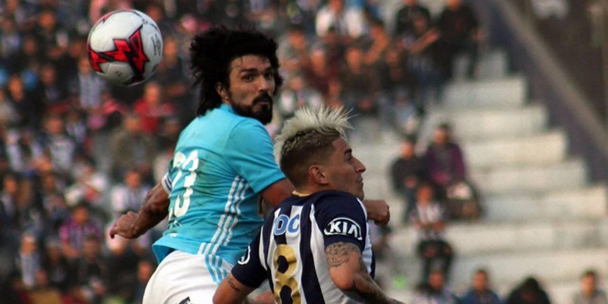 Mario Salas sufrió duro golpe en el clásico peruano que se terminó jugando sin público