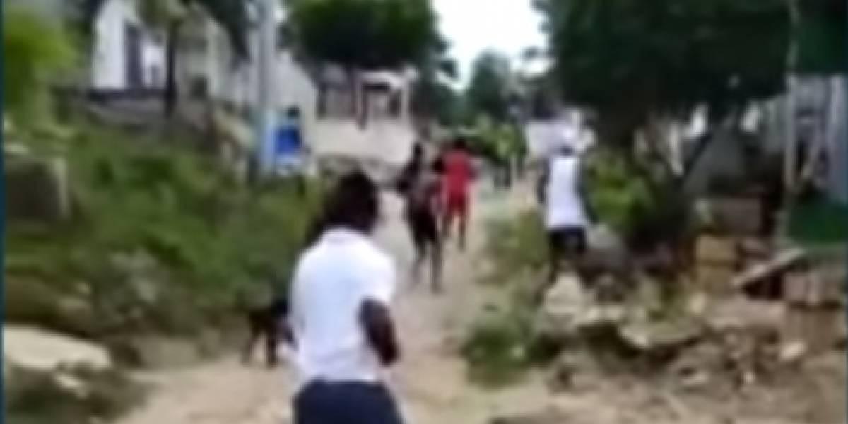 En video: El impactante enfrentamiento entre policías y habitantes de barrio en Barranquilla