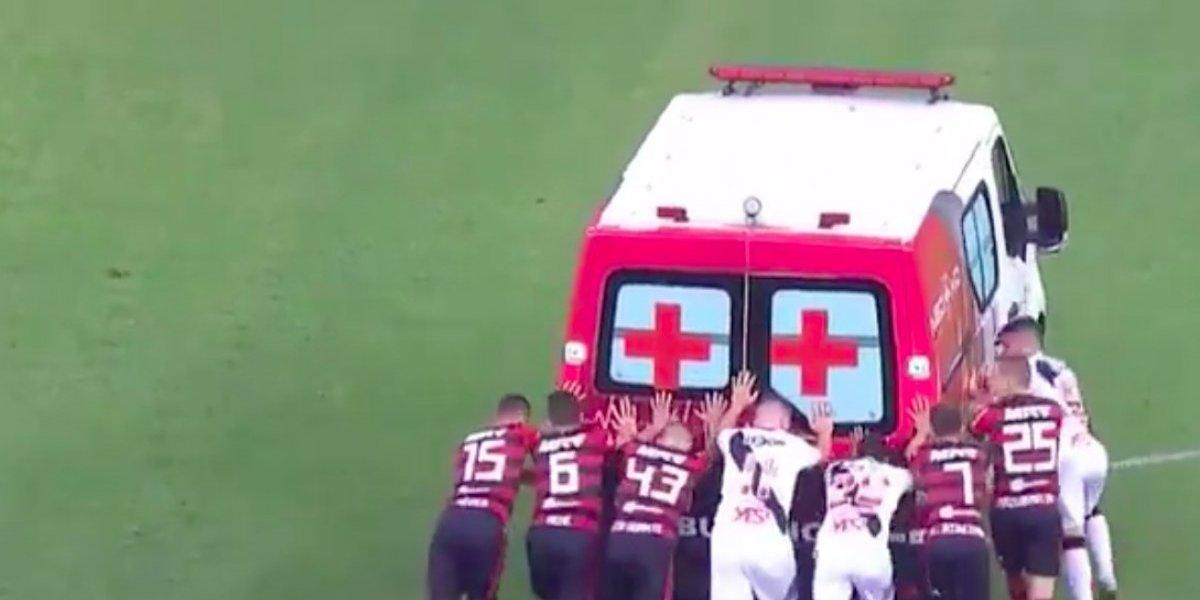 ¡Insólito!: Jugadores tuvieron que empujar ambulancia varada en Brasil