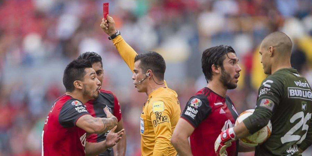 """Lolo Reyes fue expulsado de nuevo en el Atlas de Hoyos y los hinchas gritaron """"¡Qué se vayan todos!"""""""